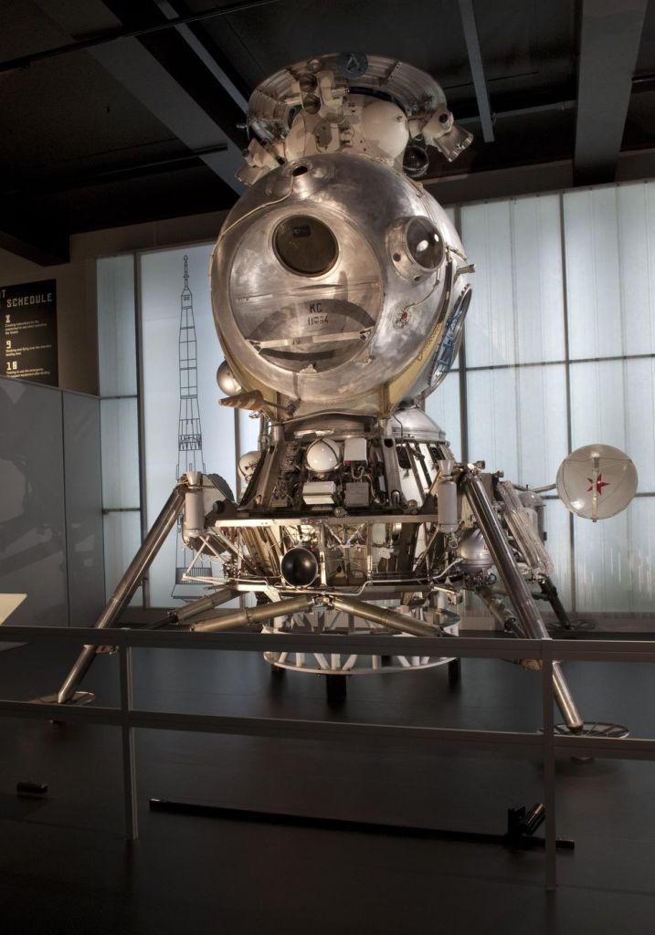 Lunar lander machin spacecraft